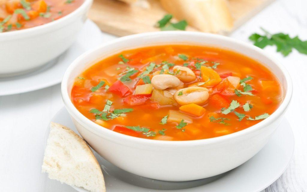 Суп из фасоли и помидором