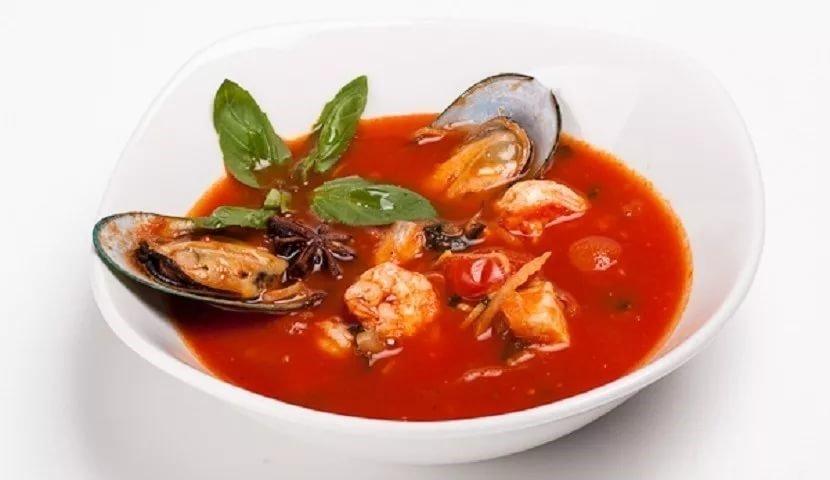 Рыбный суп из морепродуктов с томатами