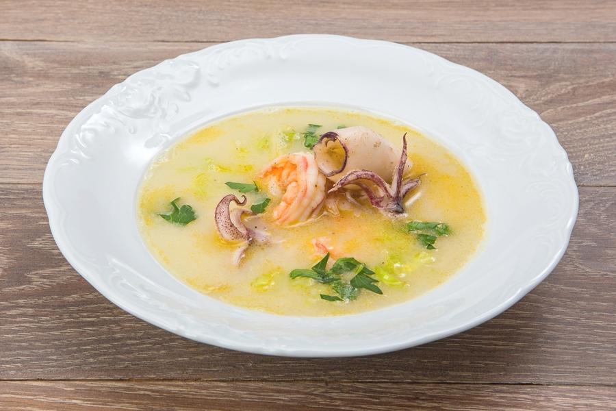 Суп с рыбой, креветками и кальмарами