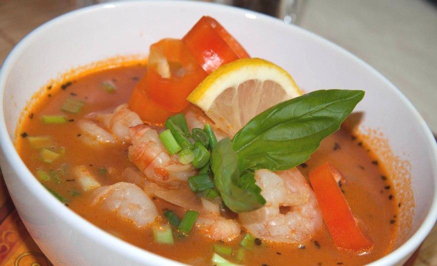 Томатный суп с рыбой и креветками